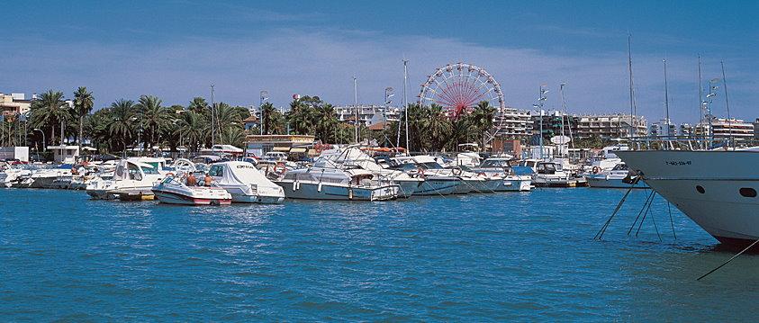 Mittelmeerreise mit der Autofähre Ansicht Meer und Boote