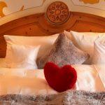 zimmer-deutschland-romantikhotel-urlaub-wellnnesshotel-betten